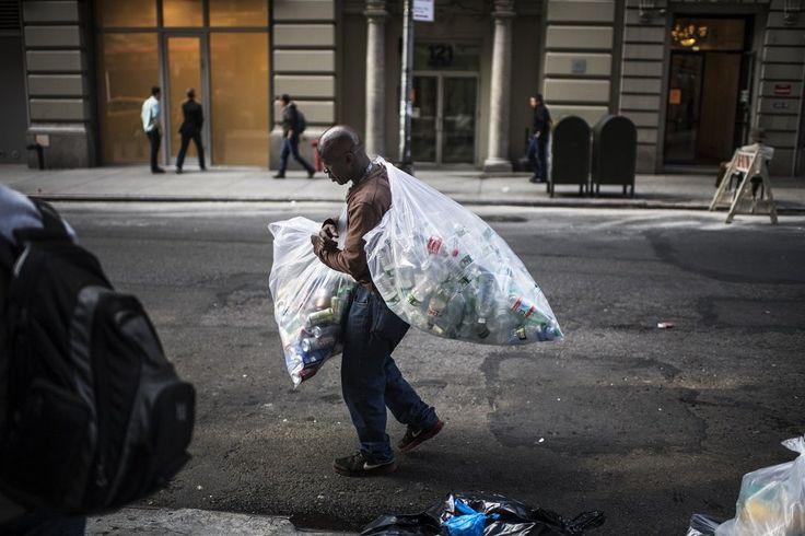 """Ο Eugene Gadsen (58) είναι """"κονσερβάς"""", κάποιος δηλασή που συλλέγει πλαστικά και κονσέρβες από τους δρόμους. Κάνει αυτή την δουλειά 30 χρόνια. Για κάθε κονσέρβα ή φιάλη παίρνει 5 σεντ. κερδίζοντας περίπου $20 την ημέρα. ©️Kadir Van Lohuizen"""