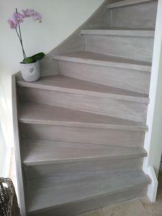 25 beste idee n over trap opknappen op pinterest trap opknappen geschilderde houten trap en - Witte trap grijs ...