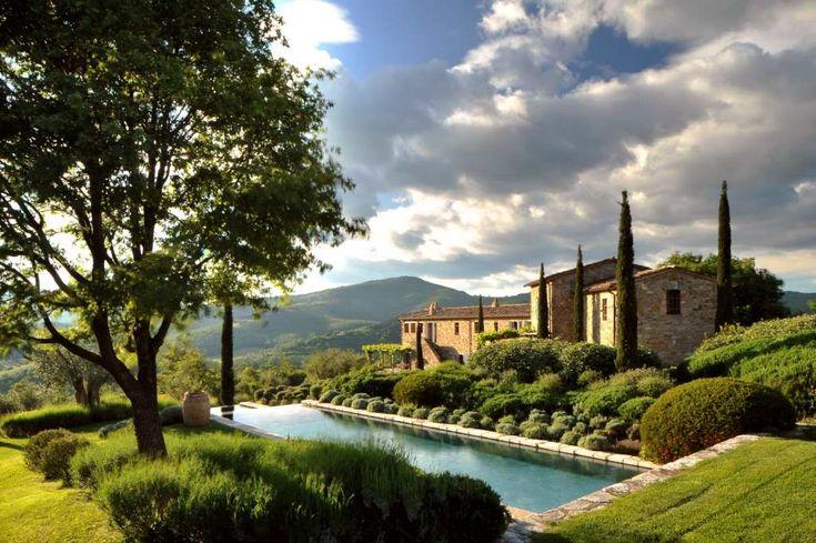 Im Mittelalter dienten sie als Farmhäuser, jetzt werden die bis zu 700 Jahre alten Ruinen des Castello di Reschio im Herzen von Umbrien in kleine Ferienpaläste verwandelt.     Da passt es, dass auch der federführende Architekt blaues Blut hat: Graf Benedikt Bolza, vom Architectural Digest Magazi