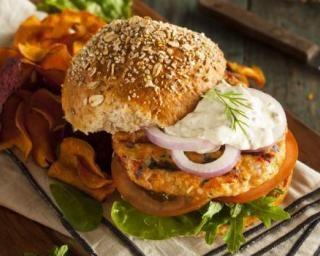 Burger diététique aux crudités et steak de saumon (au jaune d'oeuf) : http://www.fourchette-et-bikini.fr/recettes/recettes-minceur/burger-dietetique-aux-crudites-et-steak-de-saumon-au-jaune-doeuf.html