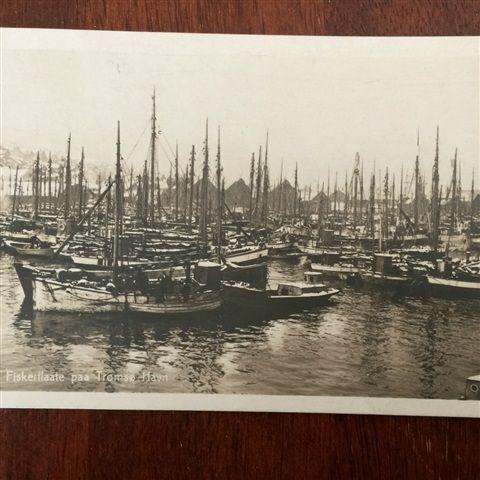 Tromsø-1921-Fiskebåter-Ishavskuter i havn- - 335,00 NOK - Tromsø-1921-Fiskebåter-Ishavskuter i havn-Meget pent og ivaretatt postkort.Oppevares i plastlommer. - 1-2 arbeidsdager