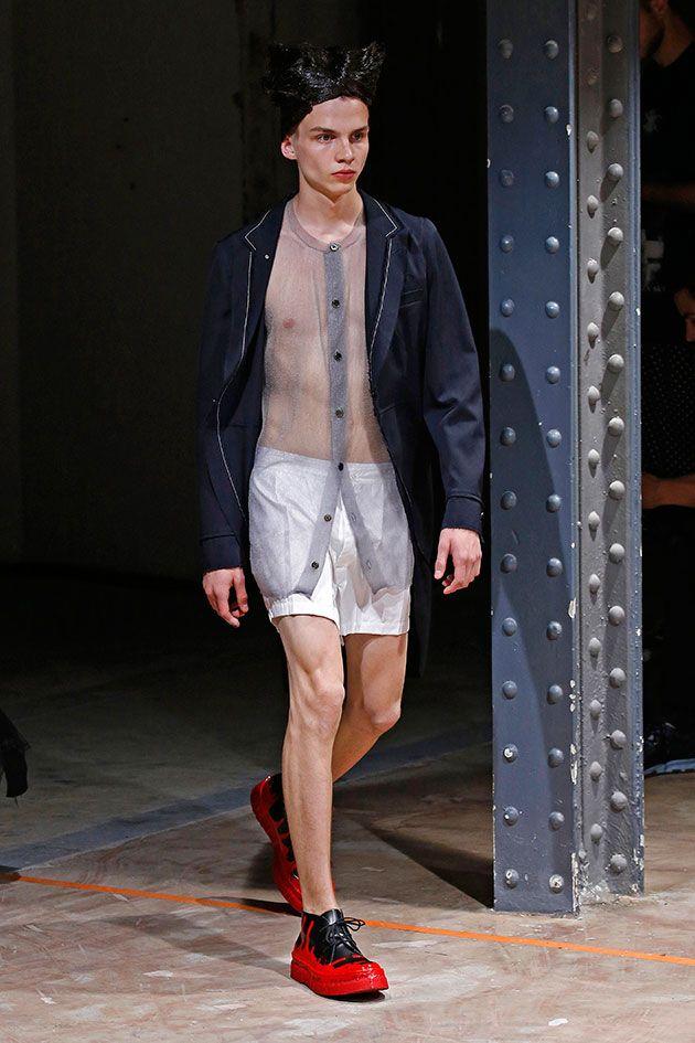 As sobreposições que mostram tudo com os shorts que no fundo estão mais pra cueca sugerem questionamento sobre a função primordial da roupa – a proteção ou o pudor?