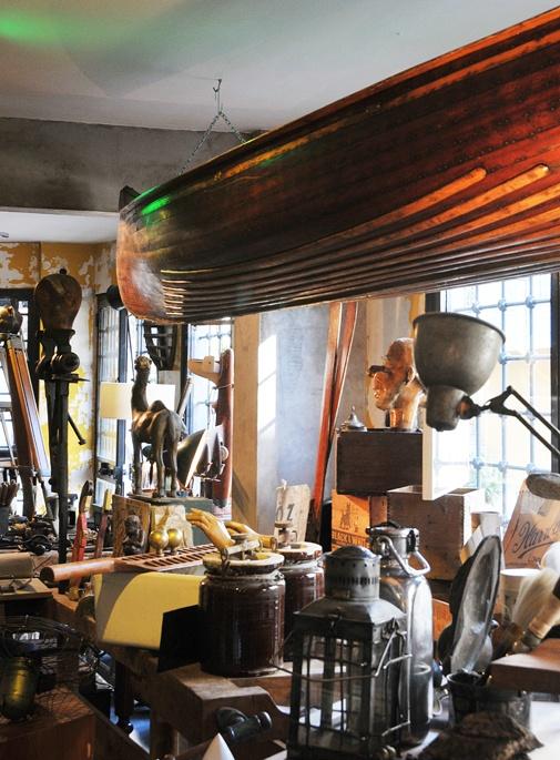 Orijinal endüstriyel lambalardan heykel ve büstlere, eski gitarlardan pilot maskelerine, sandıklardan mağaza tabelalarına ve irili ufaklı birçok vintage aksesuvarı birarada bulabileceğiniz Onsekiz  Çukurcuma'ya çok yakışmış.