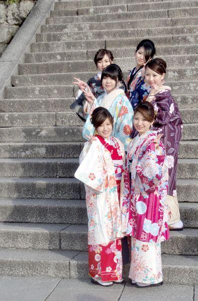 Japanerinnen in Kimonos vorm Deva Gate (Ro-Mon, Red Gate) am Kiyomizu-dera Tempel, Kyōto