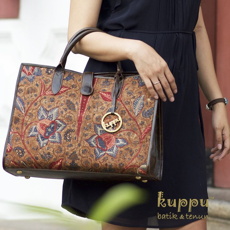 DISC 17% s/d 17 Agustus 2017  MELANE SOLO TOTE BAG - KOPITUTUNG  by: Kuppu Batik & Tenun  5.600.000,00  A rare beauty of very antique batik tulis Kopitutung from Solo, Central Java, Indonesia Crafted with dark brown premium Italian cow leather - Size: 39x28x14 cm (LxHxW) - Eco-suede fabric lining - Snap magnetic button closure - Weight: 0.7 kg  More info  Laura 08119103668 Line ID kuppu