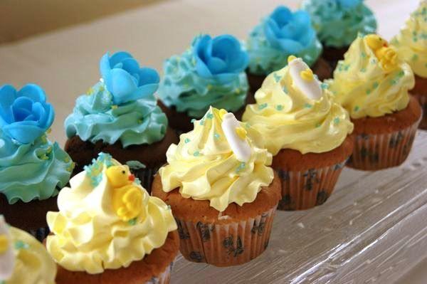 Jolis Cup Cakes Baby Shower pour une Baby Shower Petit Prince avec déco en sucre florale, biberons et petits canards. On adore!  Une Baby Shower VIP signée Mybbshowershop.com