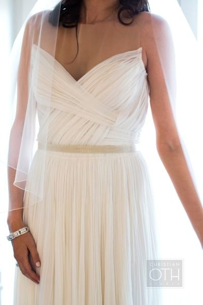 Drapeados e plissados dão charme e textura ao seu vestido de noiva simples, tornando-o ainda mais elegante!