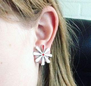 Man kan bruge blomsten til mange ting! Caroline på 11 år støtter også Knæk Cancer med en fin Knæk Cancer ørering, fordi alle mennesker har ret til et godt liv uden kræft eller andre væmmelige sygdomme. <3 #knækcancer