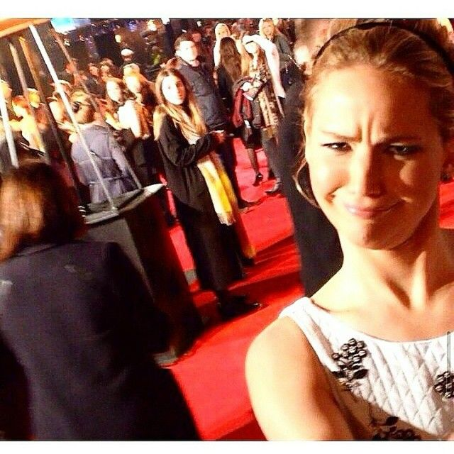 #JenLawrence sendo #JenLawrence ❤ That's our girl!