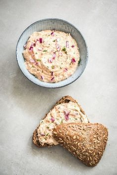 Zalmsalade zelf maken is erg eenvoudig en kost je slechts 10 minuten om te bereiden met dit heerlijke recept. De smaak is fantastisch, heerlijk romig en fris tegelijk. Perfect voor op een volkorenboterham als lunch of 's avonds op een toastje. Wat je wel nodig hebt is een keukenmachine of een staafmixer omdat we er...Lees verder