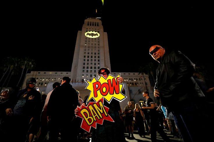 """TRIBUTO A BATMAN. La Bati-señal en honor a Adam West.La Bati-señal se encendió a las 21:00 sobre el ayuntamiento de la ciudad de Los Angeles, según anunció el alcalde, Eric Garcetti. En los cómics, películas y series de Batman, la Bati-señal es un foco de luz con la silueta del símbolo alado de Batman, que se encendía en el cielo nocturno para pedir la ayuda del superhéroe.   Garcetti cuando anunció el evento en Twitter añadió el hashtag #BrightKnight, o """"caballero luminoso"""".   (Reuters)…"""