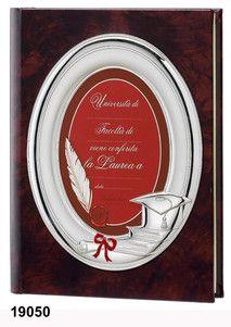 Elegancki album ze skóry w odcieniu brązu, z ozdobną srebrną ramką, idealny prezent z okazji ukończenia szkoły. #dla_dziecka #ukonczenie_szkoly_wyzszej