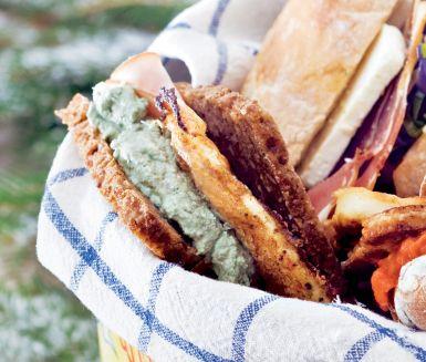 Recept: Rågbröd med stekt ägg, avokadokräm & kalkon