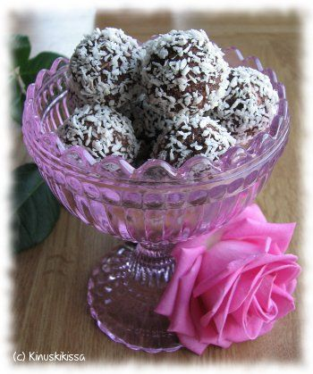 Kookospalloissa maistuu nostalgia. Näitä tuli tehtyä pikkutyttönä. Olivat varmasti ensimmäisiä leivonnaisia, jotka onnistuivat alusta asti itse. Sopivat hyvin pieniksi makeiksi suupaloiksi kahvipöytään tai vaikka konvehtien asemesta pukin konttiin. Vinkki: Palloista saa helposti gluteenittomia käyttämällä gluteenittomia kaurahiutaleita. n. 16 kappaletta Kookosmakeiset Taikina: 3 dl kaurahiutaleita 1 dl kookoshiutaleita 1 dl tomusokeria 1 tl vaniljasokeria 3 rkl […]