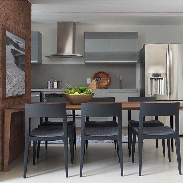 Adoro ambientes integrados! Sala de jantar e cozinha, destaque para os armários…