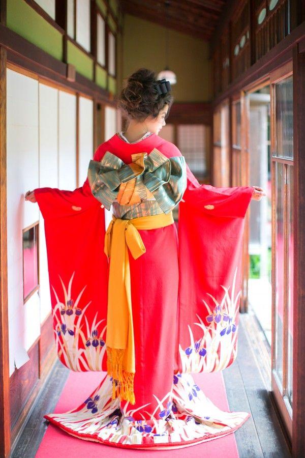 『赤地あやめ』赤地に、手描き友禅の縦のラインが スッキリと見せてくれます。裾の比翼部分には緑の箔にてあやめの葉が描かれて、お引きにするとちらり見える 粋な引き振袖です。