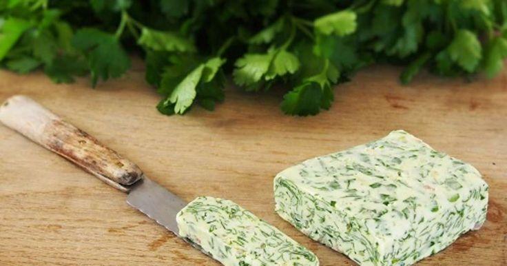 Beurre d'escargot pas à pas. Rassurez-vous, pas d'escargot dans ce beurre. Il s'agit d'un beurre composé aromatisé au persil et à l'échalote. La recette par My Parisian Kitchen.