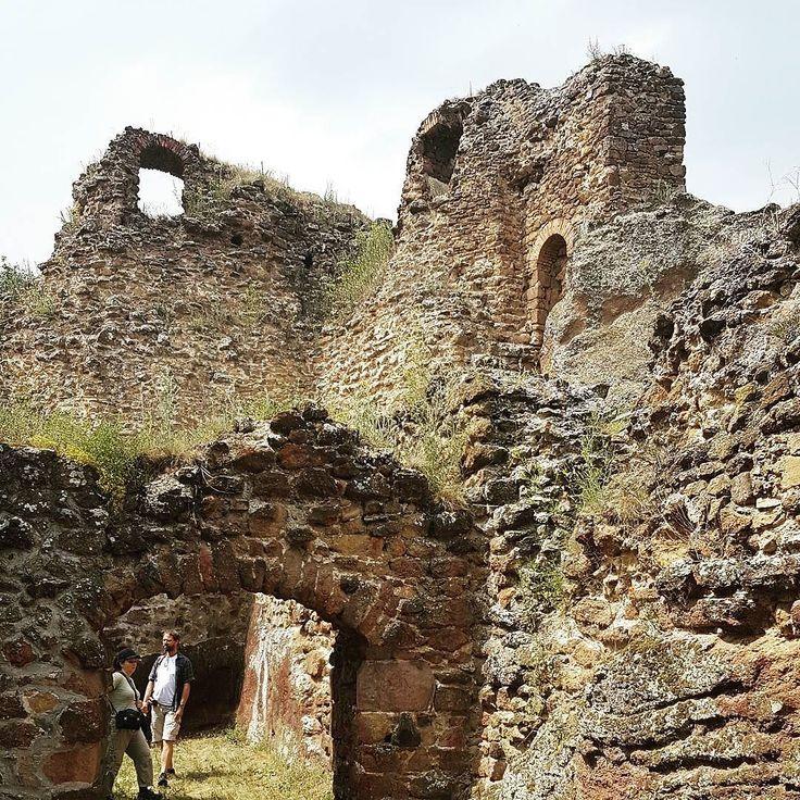 Filakovo a jeho Horny hrad s romanskymi pozostatkami. #hrad #hradfilakovo #castleruins #nasaobnova #romanika #filakovo
