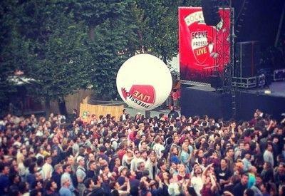 Le photoBall est un ballon à lancer dans la foule de 1m équipé avec des appareils photos ou des caméras vidéo. Il a été utilisé lors du festival Rock en Seine Pression Live 2013 (bière Kronenbourg).