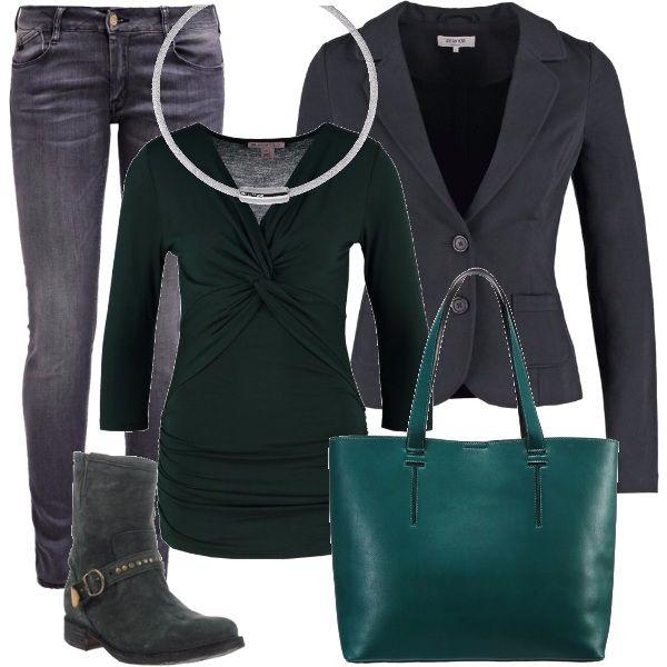 Abbigliamento che mescola il jeans alla giacca, rendendolo adatto per il lavoro, se non è richiesto il tailleur, o per il tempo libero. I jeans grigi, slim fit, sono abbinati alla giacca e alla maglietta in viscosa, con scollo incrociato. Dei comodissimi stivaletti modello biker di Fiorentini+Baker, una shopping bag verde e una collana in metallo grigio completano il look.