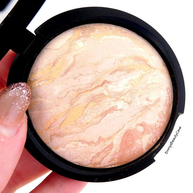 This is one product I can't get enough off and it deserves more recognition  @lauragellerbeauty Balance & Brighten Powder ... It can be used as a powder on top of foundation or on its own  It provides amazing coverage, it isn't heavy or powdery and makes your skin look FLAWLESS ✨