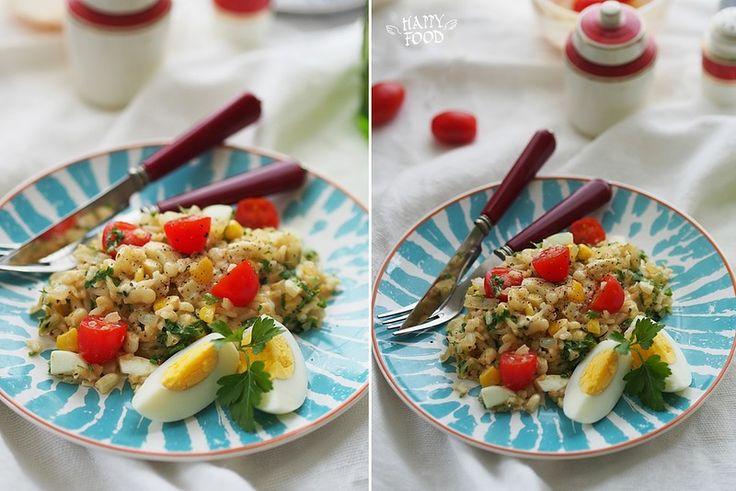 Теплый рисовый салат с кукурузой, козьим сыром и яйцами