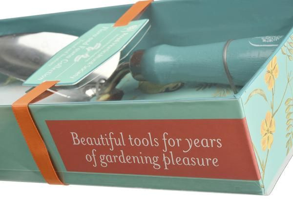 """Formschöne Garten-Schere und high-quality Schaufel aus der """"Royal Horticultural Society""""-Kollektion in einer im birds-and-flowers-style bedruckten Geschenkbox."""