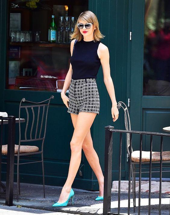 8 Maneiras super estilosas de usar regata. Taylor Swift, tank top preto, short de alfaiataria xadrez, scarpin verde água