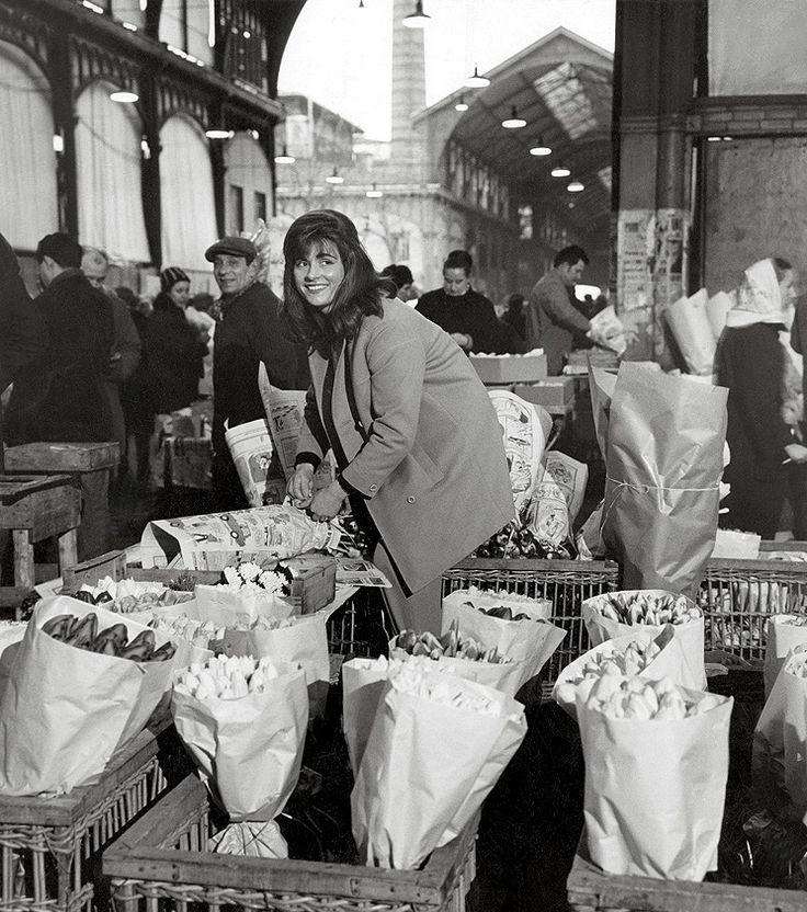 """Robert Doisneau """"La marchande de fleurs aux Halles"""" - Paris 1968"""