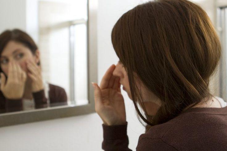 Cómo deshacerse de la piel grasa en casa . Mantener a tu piel grasa bajo control puede ser difícil, pero es posible hacerlo en casa. Según la New Zealand Dermatological Society, la piel grasa o seborrea es causada por unas glándulas sebáceas que producen en exceso, una condición que puede ser ...
