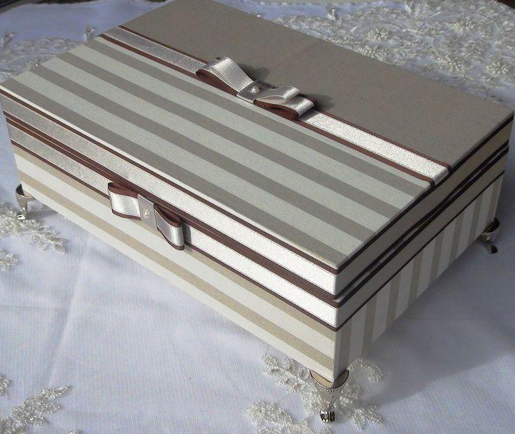 Caixa em MDF forrada com tecido 100% algodão. Apliques em fitas de cetim e laços. Caixa com pezinhos de metal para proteção..