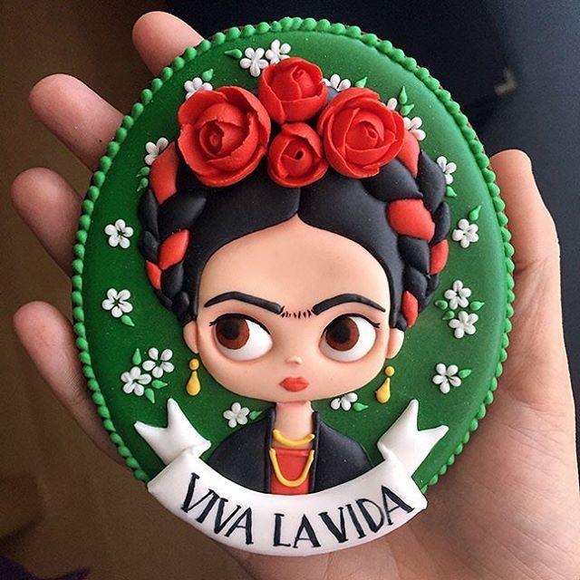 "1,449 Likes, 90 Comments - Rocío Cuenca (@littlewonderlandblog) on Instagram: ""Mi versión de Frida Kahlo. ❤️ Para comérsela.  #fridakahlo #vivalavida #galletasdecoradas…"""