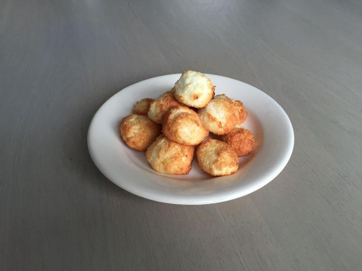 Een heerlijke koolhydraatarm snack of nagerecht, koolhydraatarme kokosmakronen! Deze kokosmakronen zijn gemakkelijk en leuk om te maken voor de visite of de familie. Ieder persoon die ik de kokosmakronen heb laten proeven gaf aan dat het verschil niet was te proeven!