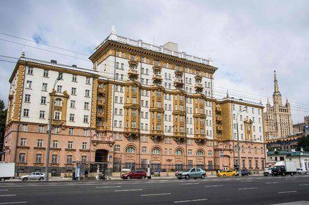 U.S. Sharply Curtails Visa Services in Russia