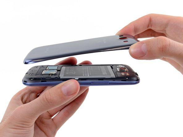 7. Du bør kanskje skrelle dekslet opp for å skille det dersom noen klips fortsatt er festet på bunnen av telefonen.