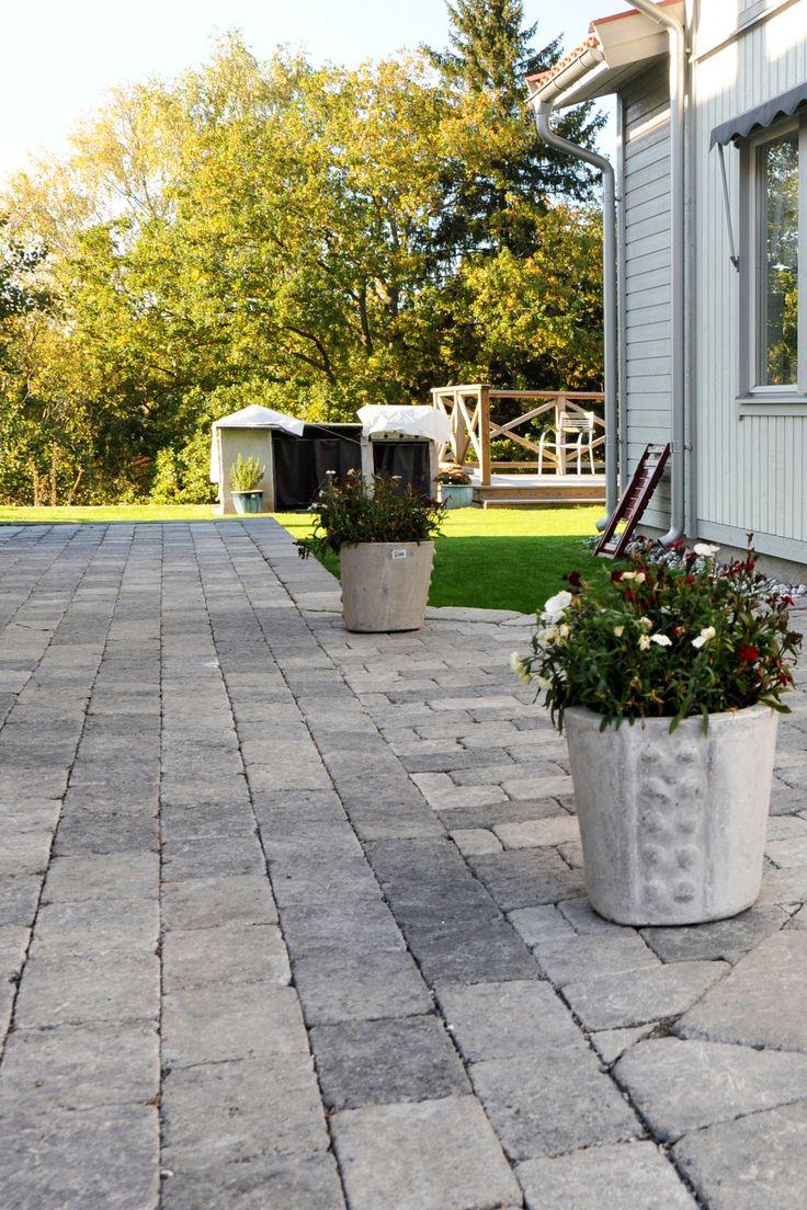 Marksten i betong ger ett hållbart och snyggt resultat. Produkter på bilden är Troja 50 Helsten och Labyrint Antik Maxi. #betongsten