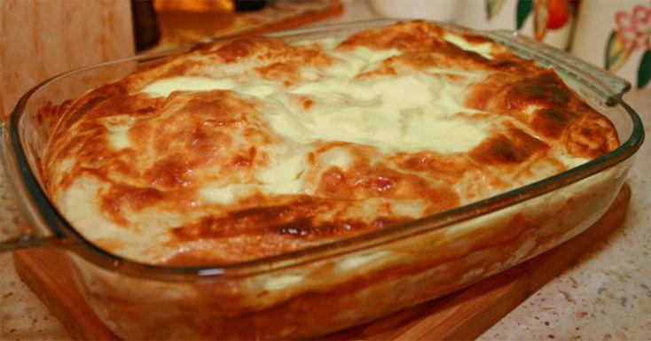 """Vă prezentăm o rețetă de plăcintă leneșă din bucătăria tradițională bulgară. Numită și """"Banitsa"""", aceasta este una din cele mai populare produse de patiserie sărată. """"Banitsa"""" se coace în cuptor, cel mai des în calitate de umplutură se folosește brânza sau cașcavalul. La dorință, aceasta poate fi pregătită și cu carne tocată, fructe sau legume. …"""