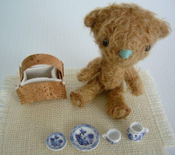 Ourson peluche miniature en laine mohair. Ensemble par kioukiout