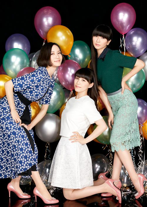 「Perfume × 伊勢丹」メンバー監修のダンスヒールに新色 ストッキングも新たに登場 | Fashionsnap.com
