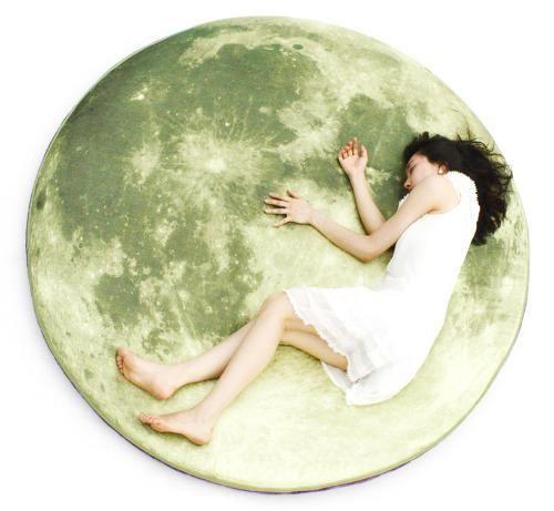 満月の上に寝転がるマット - まとめのインテリア