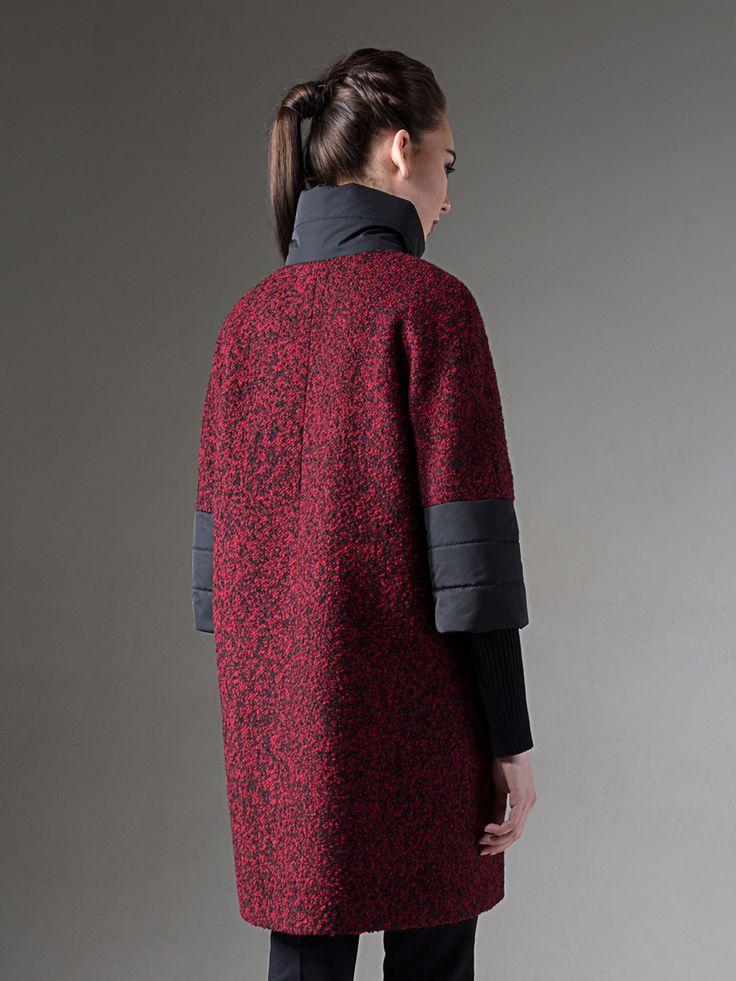 Оригинальное пальто трапецевидного силуэта, выполненное из ткани букле. Остромодная деталь: рукава, воротник-стойка и карманы выполнены из стеганой плащевой ткани. Изделие имеет рукав 7/8 со съемными трикотажными подвязами. Пальто изготовлено с мембраной Raft Pro. Стильная и комфортная  модель просто незаменима этой осенью! , арт.                                                     1017200p10490, состав:                                      ...