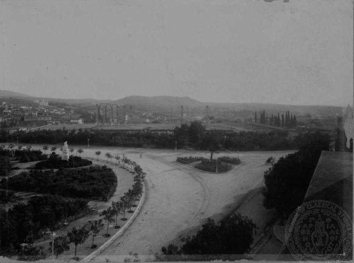 Το Ολυμπίειον και η συμβολή των λεωφόρων Βασ. Αμαλίας με την Βασ. Όλγας.   Η φωτογραφία είναι τραβηγμένη λίγο μετά το 1900.