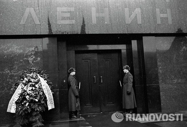 Почетный караул у входа в Мавзолей В.И. Ленина