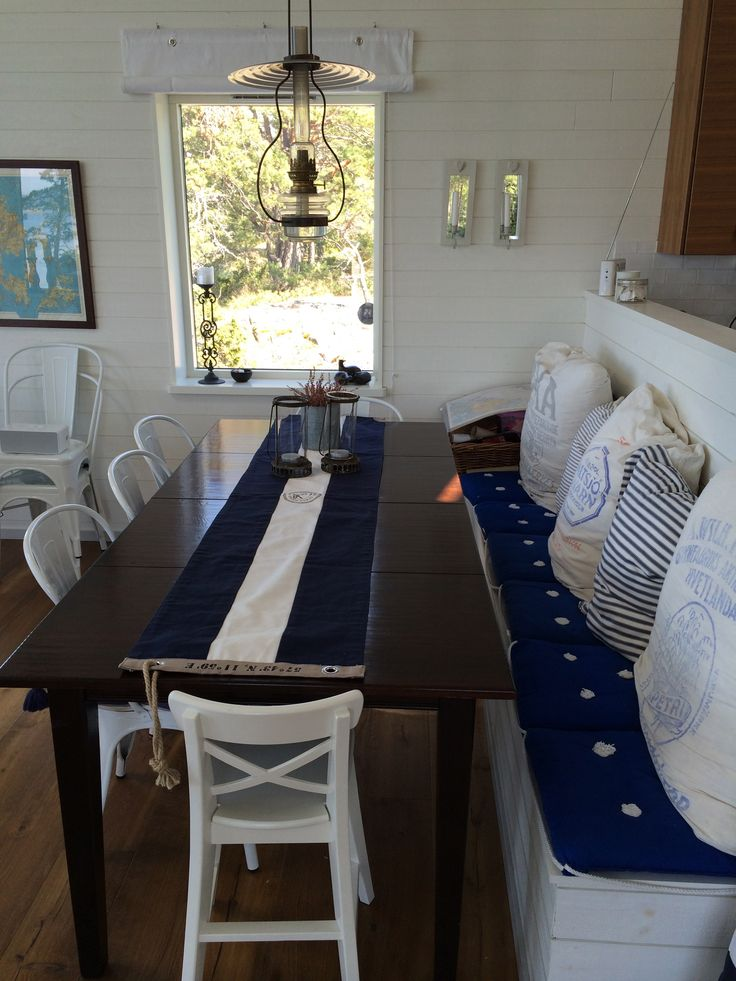 Middagshörna med platsbyggd bänk med förvaring. Tolix-stolar och bord från Newport. #www.hittahemnu.se#