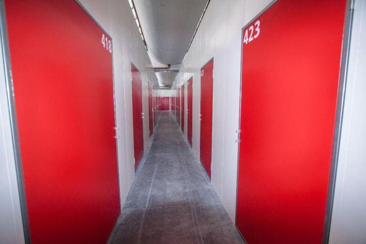 Wir, die BV Lagerboxen GmbH, bieten Ihnen eine günstige Alternative zum Einlagern von Möbeln oder Hausrat. In unseren blickdichten und trockenen Lagerabteilen von 2m² - 15m² sowie Schließfächer mit 1 cbm Volumen, videoüberwacht, alarmgesichert und von einem Wachdienst kontrolliert, sind Ihre Gegenstände in guten Händen.Auch für Gewerbetreibende bieten wir, in gesonderten Räumen, individuel gestaltete Lagerabteile, die sich besonders für die Akteneinlagerung, Lagerung von ...