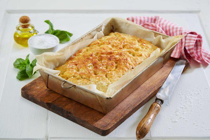 Focaccia er den type brød som passer til alt, enten det er som tilbehør til en pastarett, til grilling eller ved siden av en god salat. Denne oppskriften på herlig lettsaltet brød er en variant med fetaost og soltørkede tomater. Focaccia smaker aller best ferskt og nystekt. Denne oppskriften gir ca 12 deilige biter av focaccia.