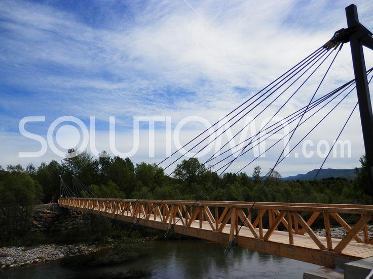 Pasarela de madera en Tremp, Lleida (1). #ConstruccionesMadera #Pasarelas +info: http://www.solutioma.com/es/construcciones-madera-puentes-pasarelas-miradores.php Video Youtube: https://www.youtube.com/watch?v=l_ruHtnL89Q