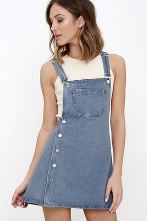 When you want to look your cutest, you'll know just what to do: slip on the Field Trip Medium Wash Denim Dress! Medium-weight denim creates adjustable straps with silver hardware, plus a pocketed bib in classic overall style. A row of asymmetrical buttons accents the darling A-line skirt below.