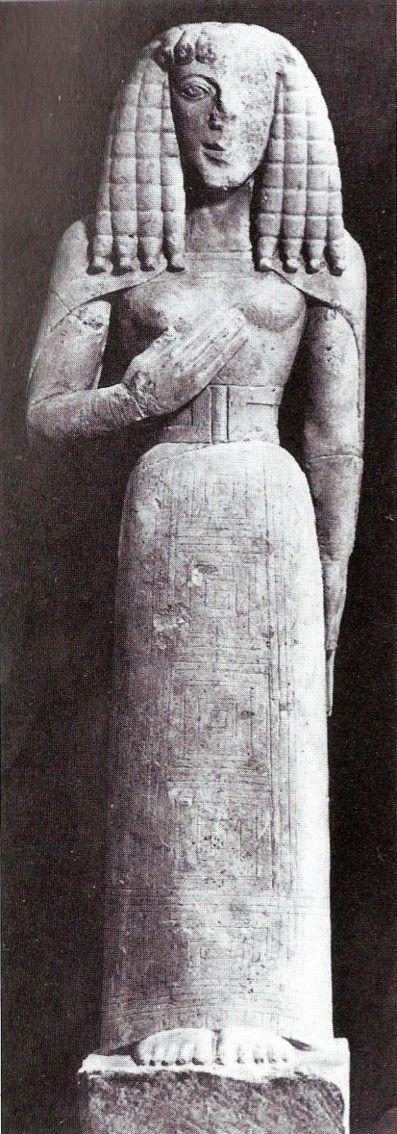 Auxerre Tanrıçası olarak bilinen bu heykel Fransa'da Auxerre'de bir depoda ortaya çıkmıştır. Bugün louvre müzesindedir. Buluntu yerinin Girit olduğu düşünülmekte. MÖ. -640-630'a tarihlenmekte. Kireç taşından yapılmış. Göğüzteki kazıma çizgiler ve boya izleri balık pulu süslerin varlığını düşündürür. Mantoda kazıma kareler, etekteyse içiçe geçmiş kareler mevcuttur.