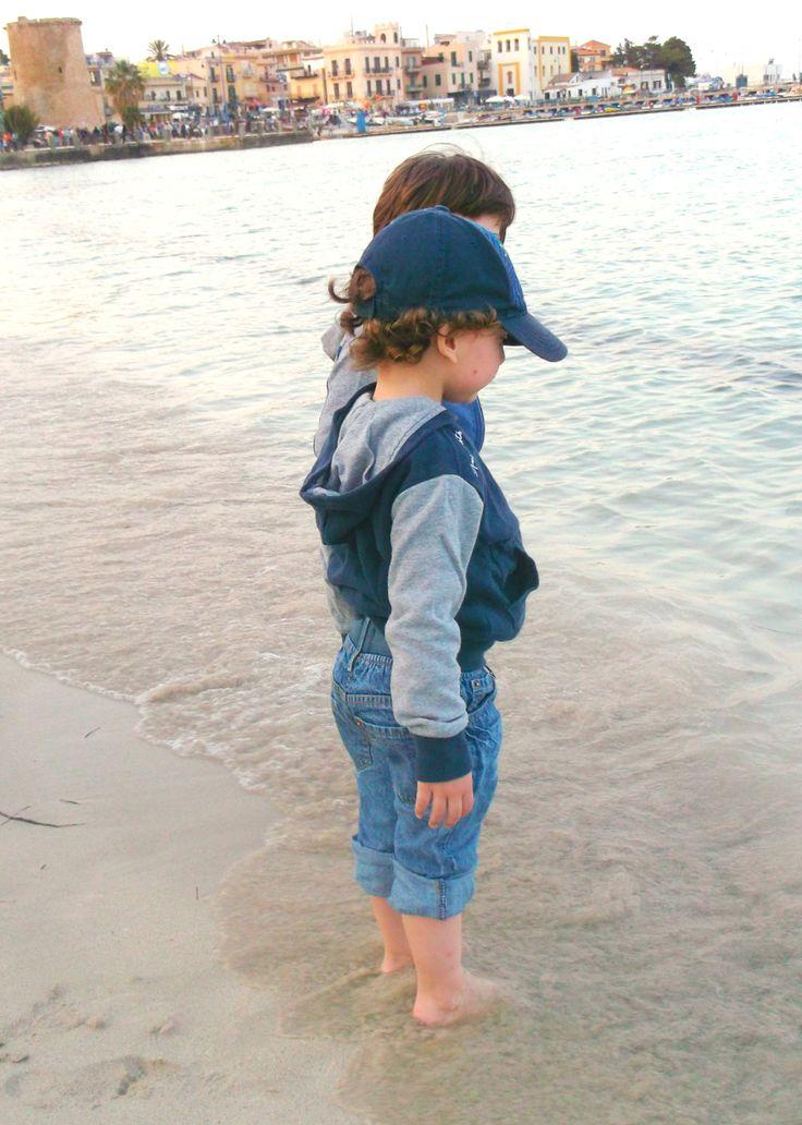 """In Sicilia si prevede brutto tempo, ma io non mi lascio abbattere.. Piedini in acqua e facciamo finta ci sia ancora l'estate. Brrrr un pò la brezza si sente.. """"mamma hai una giacca sento freddo"""", per fortuna sono previdente e metto tutto in borsa . #noncelapossofare a pensare a tutto, ma secondo voi amici di #zzub sono una buona mamma?"""